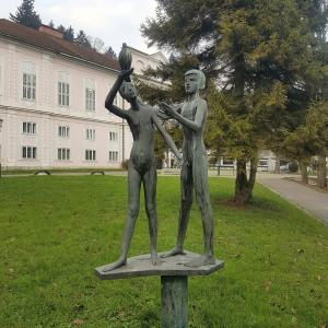 Bronze statue man and woman in the Tivoli Park